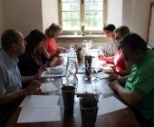 Komise veřejnosti hodnotící bílá vína pod vedením gynekologa